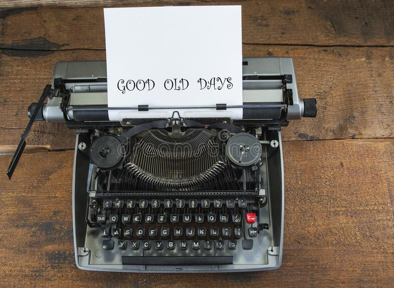 Παλαιά γραφομηχανή από τη δεκαετία του '70 με το διάστημα εγγράφου και αντιγράφων Καλές παλαιές ημέρες στοκ εικόνες