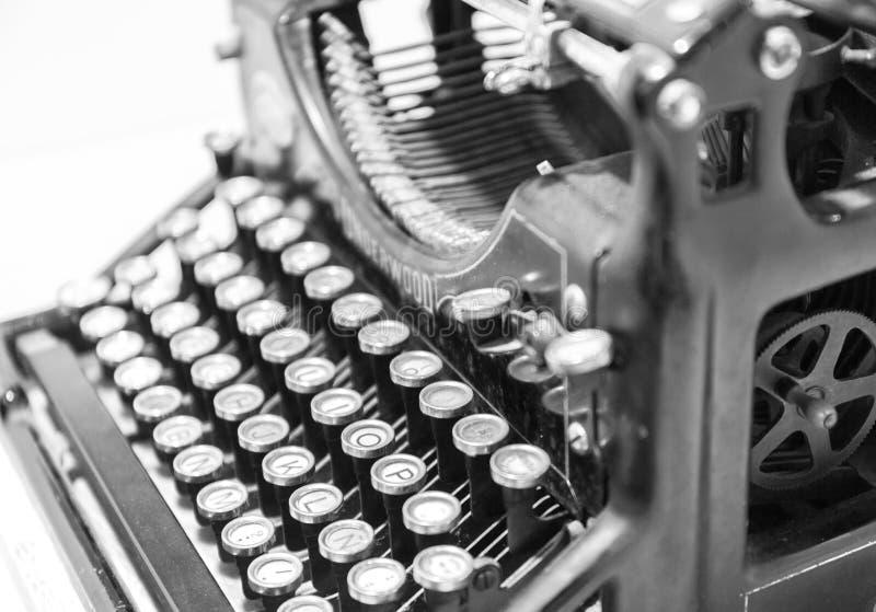Παλαιά γραφομηχανή στον παλαιό τρύγο φωτογραφίας μιμούμενο Πλάγια όψη τονισμένο φίλτρο γραπτό στοκ εικόνες