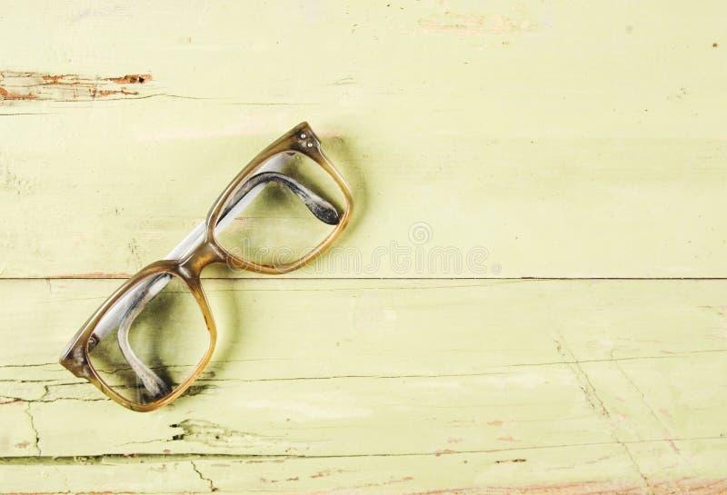 Παλαιά γυαλιά στο ξύλινο υπόβαθρο στοκ φωτογραφίες
