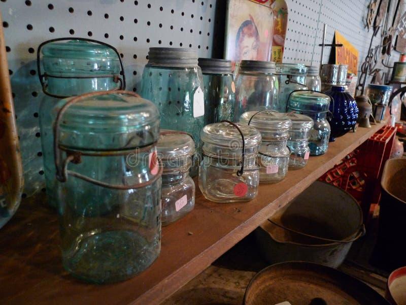 Παλαιά γυαλικά, κονσερβοποιώντας βάζα με lightening τα καπάκια στοκ φωτογραφία με δικαίωμα ελεύθερης χρήσης