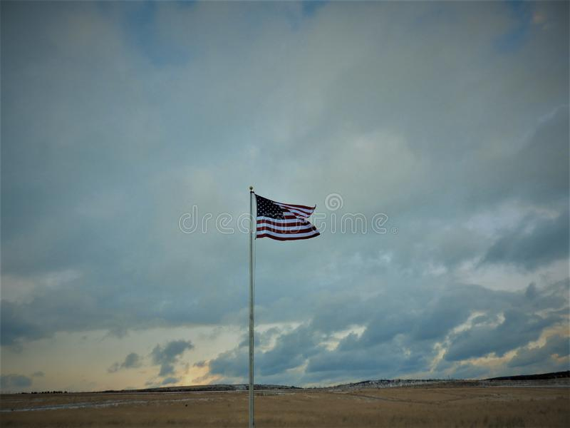 Παλαιά δόξα αμερικανικών σημαιών σε έναν τομέα σε ένα winter& x27 ημέρα του s στοκ εικόνα με δικαίωμα ελεύθερης χρήσης