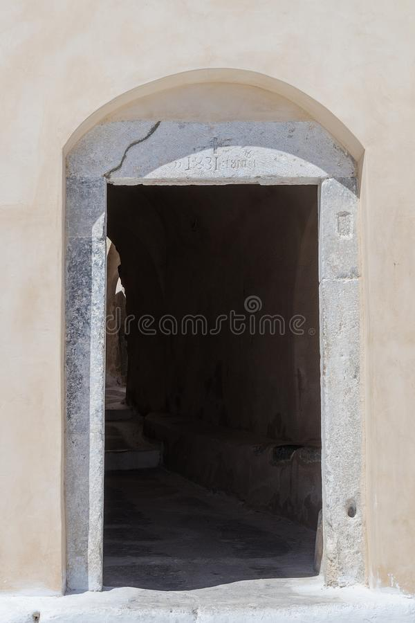 Παλαιά είσοδος οχυρών, προγονική αρχιτεκτονική Santorini Ελλάδα στοκ φωτογραφία με δικαίωμα ελεύθερης χρήσης