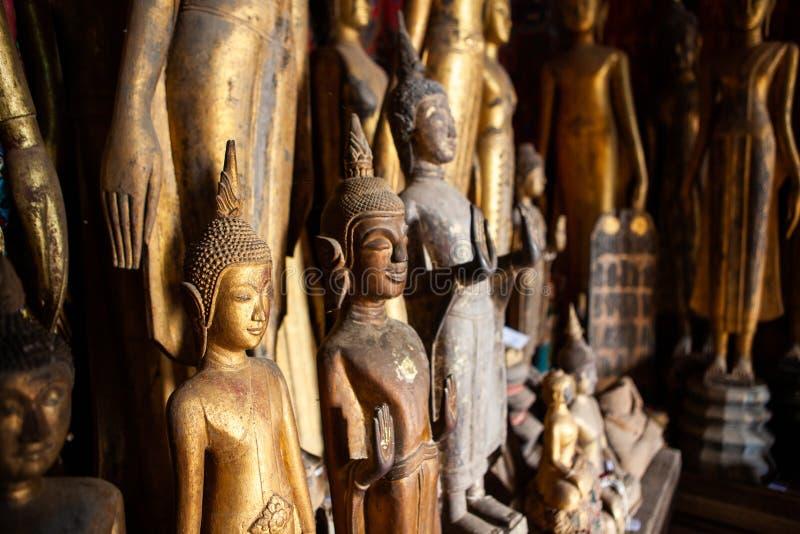 Παλαιά εγκαταλειμμένα αγάλματα του Βούδα που καλύπτονται με τη σκόνη στο ναό λουριών Wat Xieng Luang Prabang, Λάος στοκ φωτογραφία με δικαίωμα ελεύθερης χρήσης
