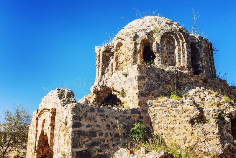 Παλαιά εγκαταλειμμένη εκκλησία σε ένα υπόβαθρο του φωτεινού μπλε ουρανού στοκ εικόνες με δικαίωμα ελεύθερης χρήσης