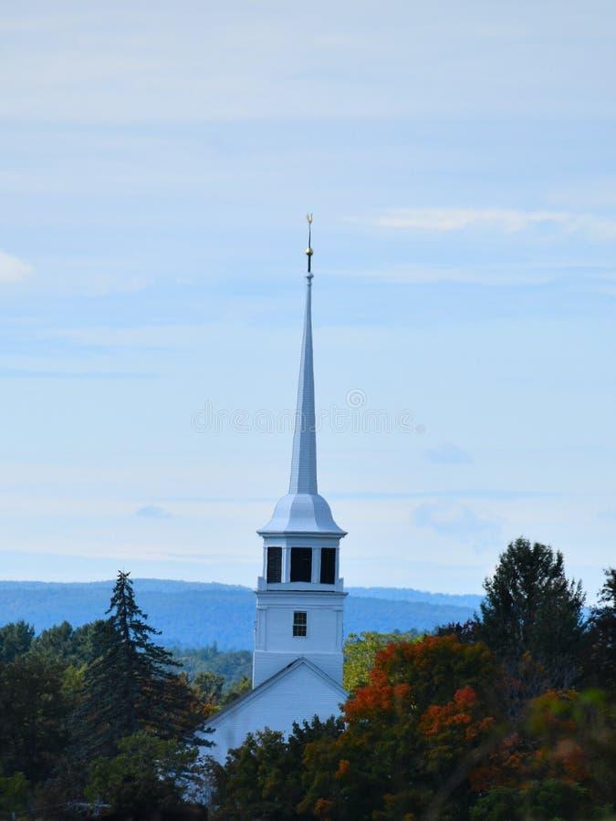 Παλαιά εκκλησία και καμπαναριό στις αρχές νεφελώδους ημέρα πτώσης σε Groton, Μασαχουσέτη, κομητεία του Middlesex, Ηνωμένες Πολιτε στοκ φωτογραφίες