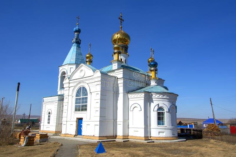Παλαιά εκκλησία με τους χρυσούς θόλους Χτίζεται σε ένα σιβηρικό χωριό Ρωσία στοκ εικόνες