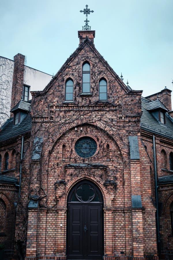 Παλαιά εκκλησία που χτίζει την μπροστινή πρόσοψη, γοτθική αρχιτεκτονική στοκ φωτογραφία