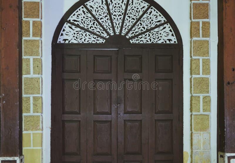 παλαιά εκλεκτής ποιότητας αναδρομική ξύλινη πόρτα με τις γλυπτικές στοκ φωτογραφία