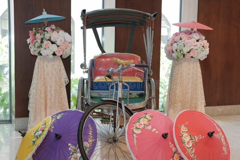 παλαιά εκλεκτής ποιότητας αναδρομική παραδοσιακή Ταϊλάνδη tricylcle & έγγραφο umbrell στοκ φωτογραφία