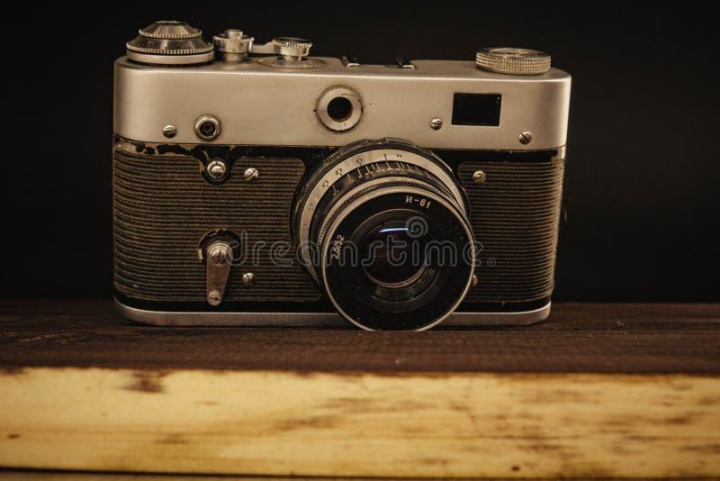 Παλαιά εκλεκτής ποιότητας σοβιετική κάμερα της Ρωσίας Voronezh στις 2 Απριλίου 2019 με το φακό στο ξύλινο υπόβαθρο στοκ εικόνες με δικαίωμα ελεύθερης χρήσης