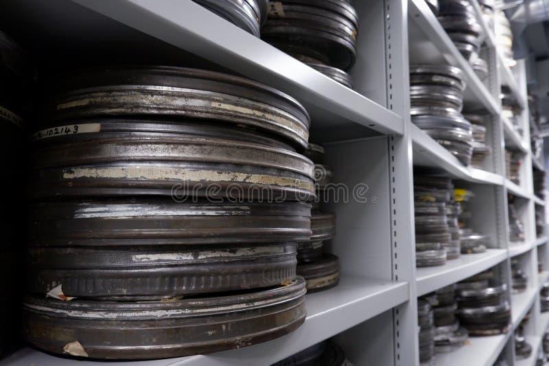 Παλαιά εξέλικτρα της ταινίας στα ασημένια δοχεία στοκ εικόνα