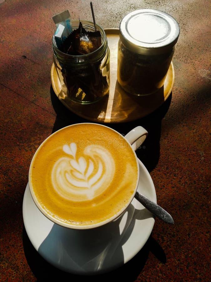 παλαιά επιχειρησιακού καφέ συμβάσεων διαμορφωμένη φλυτζάνι φρέσκια γραφομηχανή σκηνής πεννών καλημέρας παλαιά στοκ εικόνες