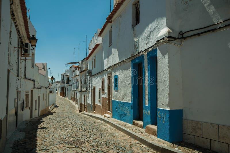 Παλαιά ζωηρόχρωμα σπίτια με το τραχύ υπερυψωμένο μονοπάτι ασβεστοκονιάματος και κυβόλινθων στοκ εικόνα με δικαίωμα ελεύθερης χρήσης