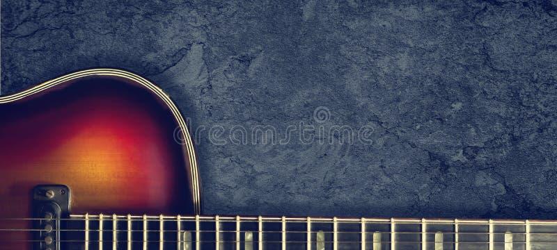 Παλαιά ηλεκτρο κιθάρα τζαζ σε ένα σκοτεινό υπόβαθρο o r Υπόβαθρο για τα φεστιβάλ μουσικής, συναυλίες Υπόβαθρο μουσικής στοκ φωτογραφία