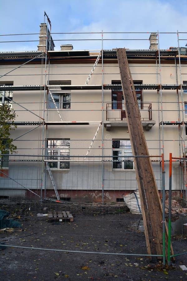 Παλαιά θερμική μόνωση σπιτιών με την κατασκευή και πολυστυρολίου στοκ εικόνες