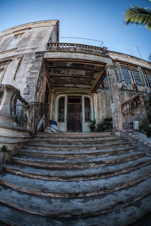 Παλαιά θρυμματιμένος σκαλοπάτια οικοδόμησης στην μπροστινή είσοδο στοκ εικόνες