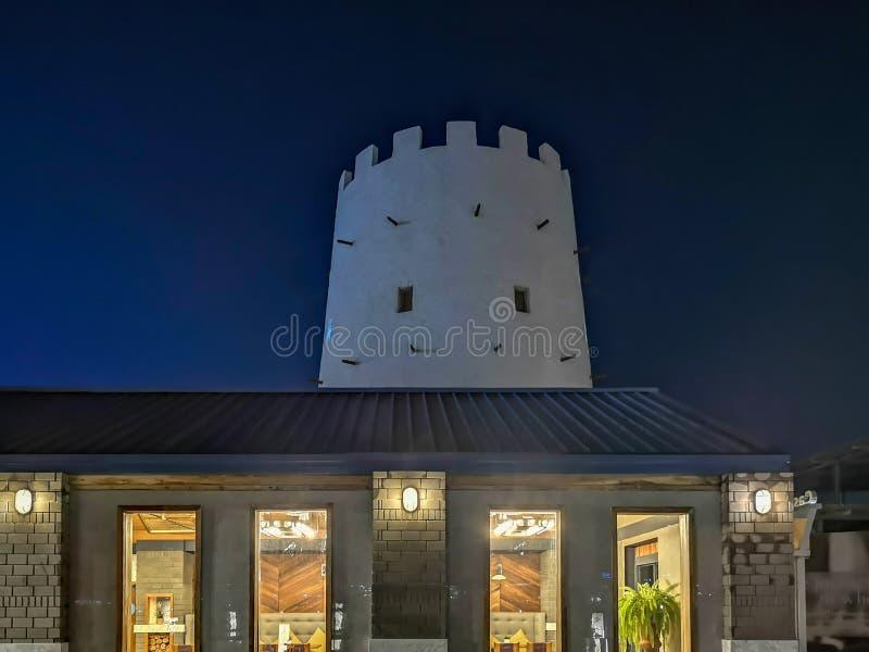 Παλαιά ιστορική πύλη οικοδόμησης πόλεων του Αμπού Ντάμπι τη νύχτα δίπλα σε μια κληρονομιά των Ηνωμένων Αραβικών Εμιράτων εστιατορ στοκ φωτογραφία με δικαίωμα ελεύθερης χρήσης
