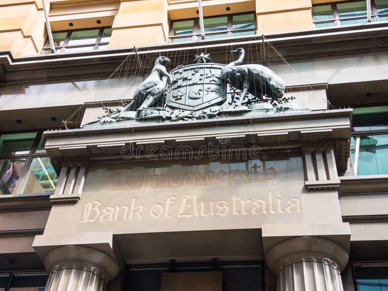 Παλαιά κάλυψη της Αυστραλίας γλυπτών των όπλων στην πρόσοψη της τράπεζας Κοινοπολιτείας της Αυστραλίας στη θέση του Martin στοκ εικόνες