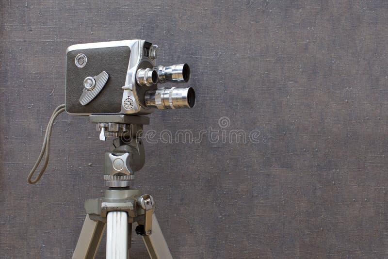 Παλαιά κάμερα κινηματογράφων στο χρωματισμένο υπόβαθρο στοκ φωτογραφία με δικαίωμα ελεύθερης χρήσης