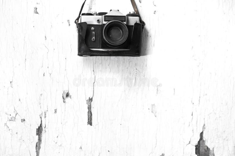 Παλαιά κάμερα ταινιών σε ένα ξύλινο άσπρο υπόβαθρο στοκ φωτογραφίες με δικαίωμα ελεύθερης χρήσης
