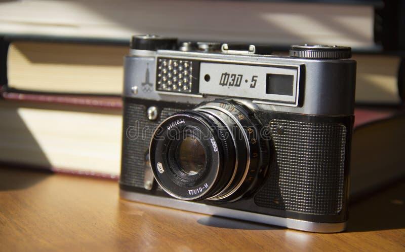 Παλαιά κάμερα ταινιών στον πίνακα στοκ εικόνα