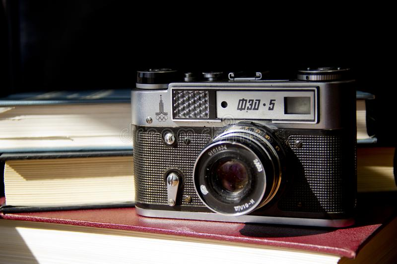 Παλαιά κάμερα ταινιών στον πίνακα στοκ εικόνες