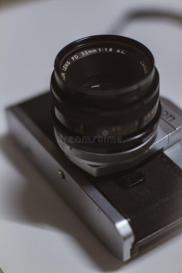 Παλαιά κάμερα τύπου Canon SLR, Vintage Canon FTB QL 35 mm Φιλμ SLR Camera W/ FD 50 mm F/1 8 Φακός στοκ εικόνες