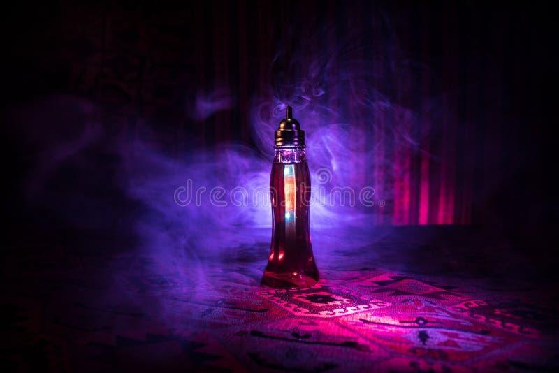 Παλαιά και εκλεκτής ποιότητας μπουκάλια γυαλιού στο σκοτεινό ομιχλώδες υπόβαθρο με το φως Δηλητήριο ή μαγική υγρή έννοια στοκ εικόνες με δικαίωμα ελεύθερης χρήσης