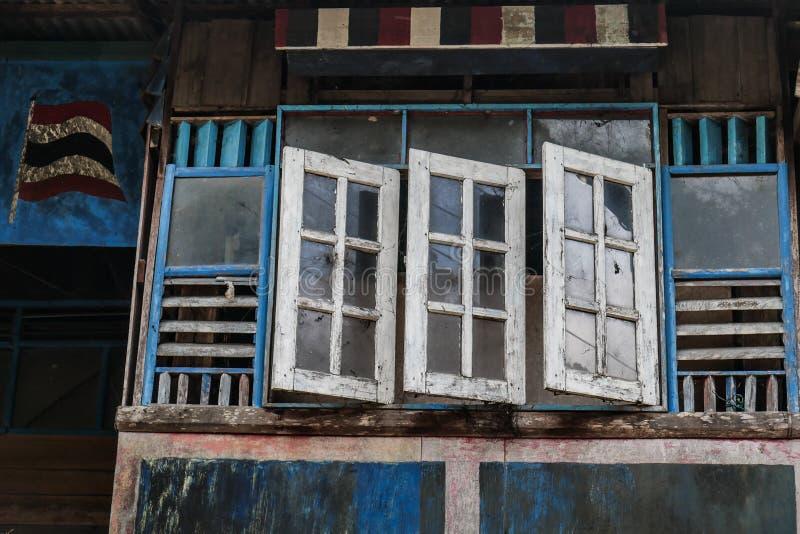 Παλαιά και εξασθενισμένα ξύλινα μπλε και άσπρα παράθυρα, παραδοσιακή πρόσοψη του ταϊλανδικού σπιτιού με το ανοικτό παράθυρο στοκ εικόνα με δικαίωμα ελεύθερης χρήσης