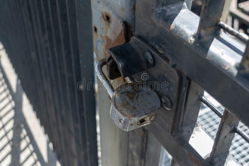 Παλαιά και σκουριασμένη βαρέων καθηκόντων κλειδαριά μαξιλαριών που εξασφαλίζει aan την πύλη σιδήρου, κινηματογράφηση σε πρώτο πλά στοκ φωτογραφίες με δικαίωμα ελεύθερης χρήσης