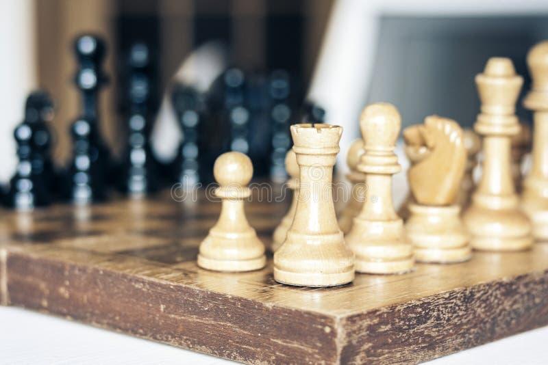 Παλαιά καλά χρησιμοποιημένα ξύλινα κομμάτια σκακιού σε μια σκακιέρα, αναδρομική έννοια ηγεσίας στο άσπρο υπόβαθρο στοκ εικόνα με δικαίωμα ελεύθερης χρήσης