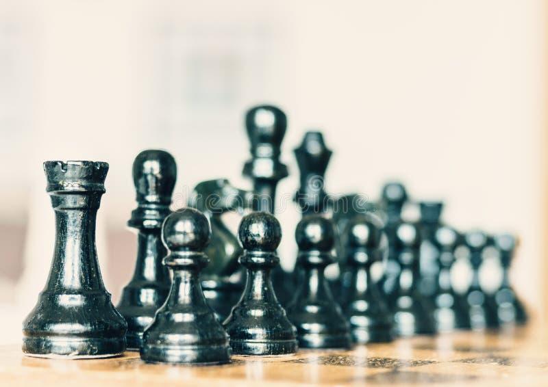 Παλαιά καλά χρησιμοποιημένα ξύλινα κομμάτια σκακιού σε μια σκακιέρα, αναδρομική έννοια ηγεσίας στο άσπρο υπόβαθρο στοκ φωτογραφίες