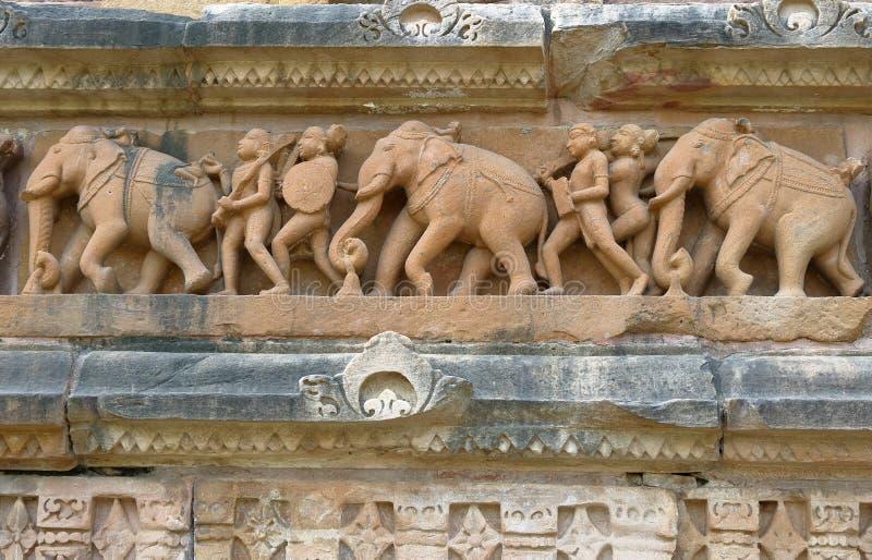 Παλαιά καλλιτεχνική γλυπτική στην πέτρα, ναός khajurahos, Ινδία στοκ εικόνα