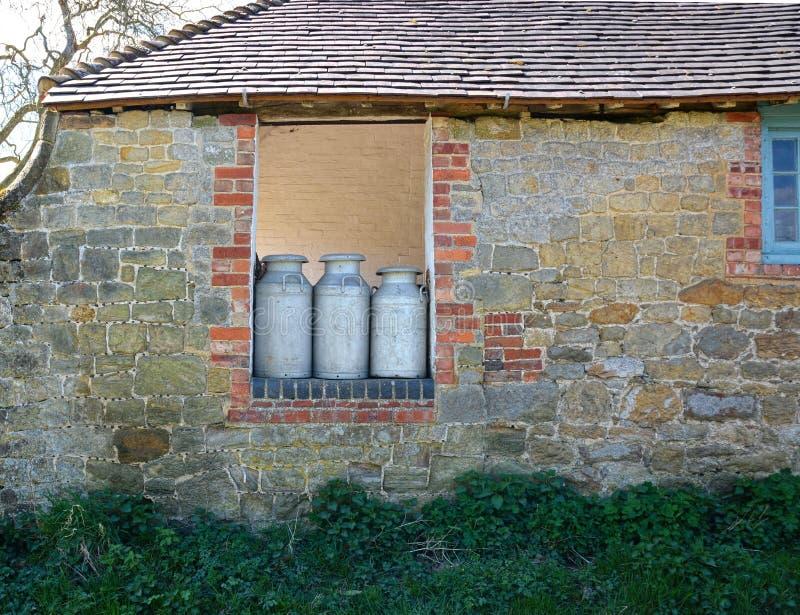 Παλαιά καρδάρια γάλακτος έτοιμα για τη συλλογή στοκ εικόνα με δικαίωμα ελεύθερης χρήσης
