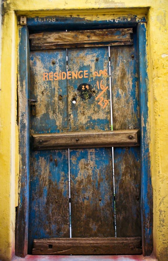 παλαιά κατοικία πορτών ξύλ&iot στοκ εικόνες