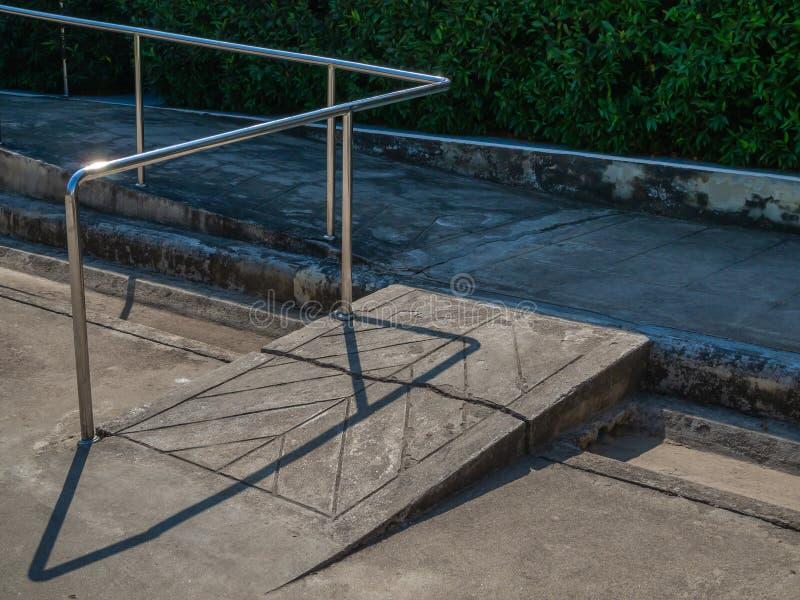 Παλαιά κεκλιμένη ράμπα αναπηρικών καρεκλών grunge με το φραγμό μετάλλων στοκ φωτογραφίες με δικαίωμα ελεύθερης χρήσης