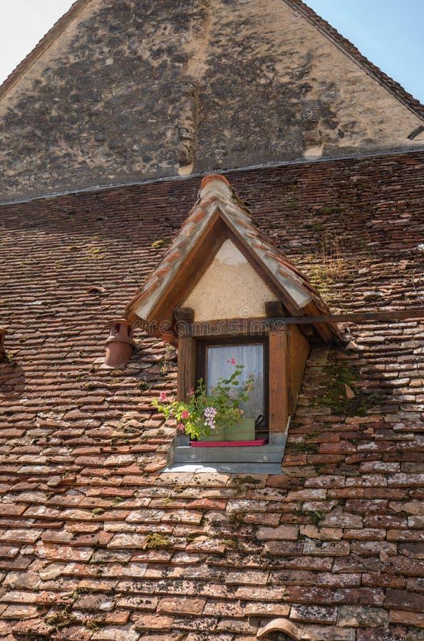 Παλαιά κεραμωμένη στέγη του σπιτιού στην πόλη προσκυνήματος Rocamadour, στοκ φωτογραφία