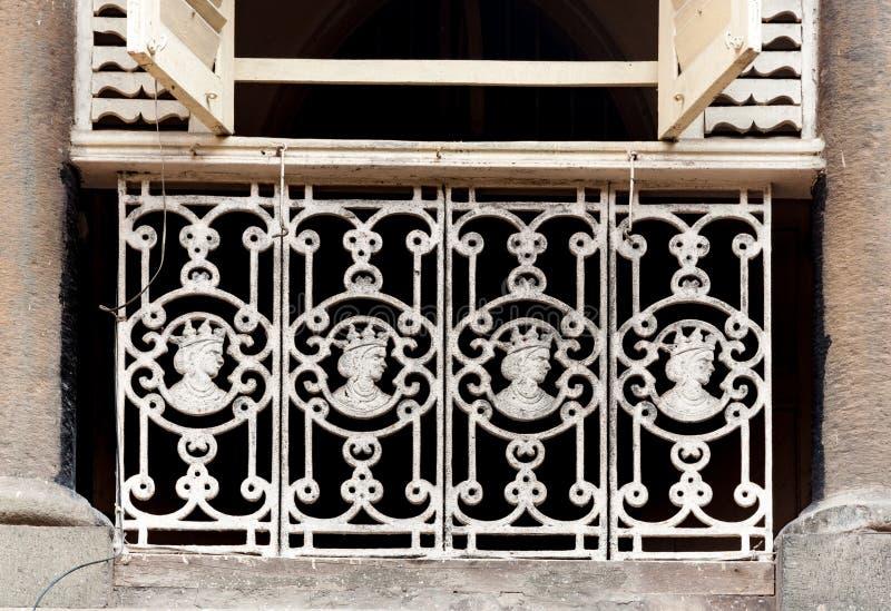 Παλαιά κιγκλιδώματα χυτοσιδήρου με τα ομοιώματα βασίλισσας Victoria, Mumbai στοκ φωτογραφία