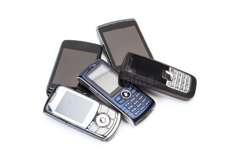 Παλαιά κινητά τηλέφωνα κατά μια αποκόπτω? άποψη στοκ φωτογραφία
