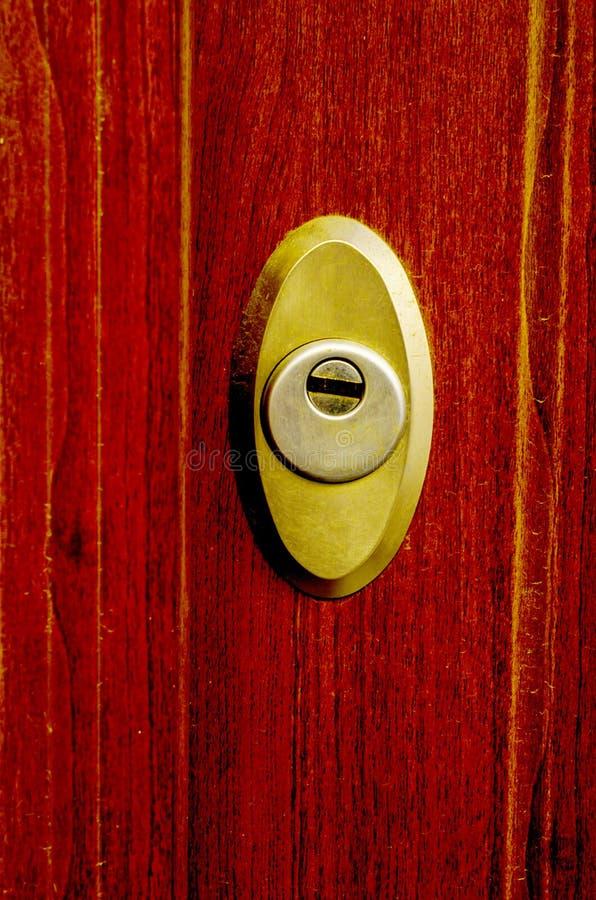 Παλαιά κλειδαριά πορτών, ηλικίας ξύλινη πόρτα, εγχώρια ασφάλεια στοκ εικόνα με δικαίωμα ελεύθερης χρήσης