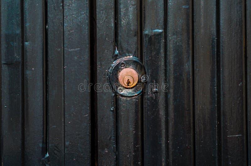 Παλαιά κλειδαριά πορτών, ηλικίας πόρτα μετάλλων, εγχώρια ασφάλεια στοκ φωτογραφία