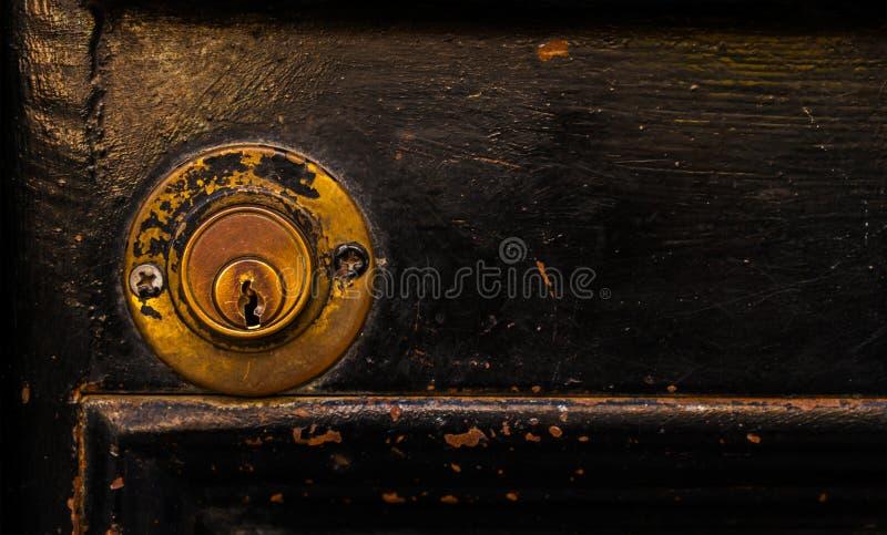 Παλαιά κλειδαριά πορτών, ηλικίας πόρτα μετάλλων, εγχώρια ασφάλεια στοκ εικόνα με δικαίωμα ελεύθερης χρήσης