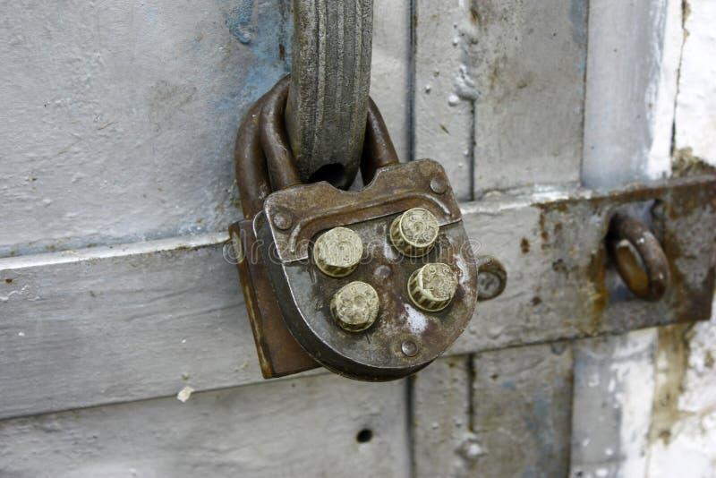 Παλαιά κλειδαριά συνδυασμού στις παλαιές πόρτες μετάλλων, κινηματογράφηση σε πρώτο πλάνο στοκ εικόνες