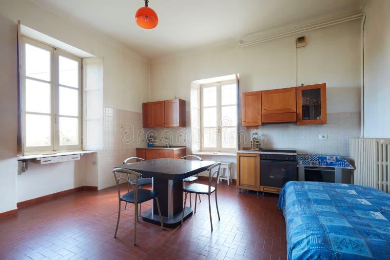 Παλαιά κουζίνα στο κανονικό εσωτερικό διαμερισμάτων στο εξοχικό σπίτι στοκ εικόνα