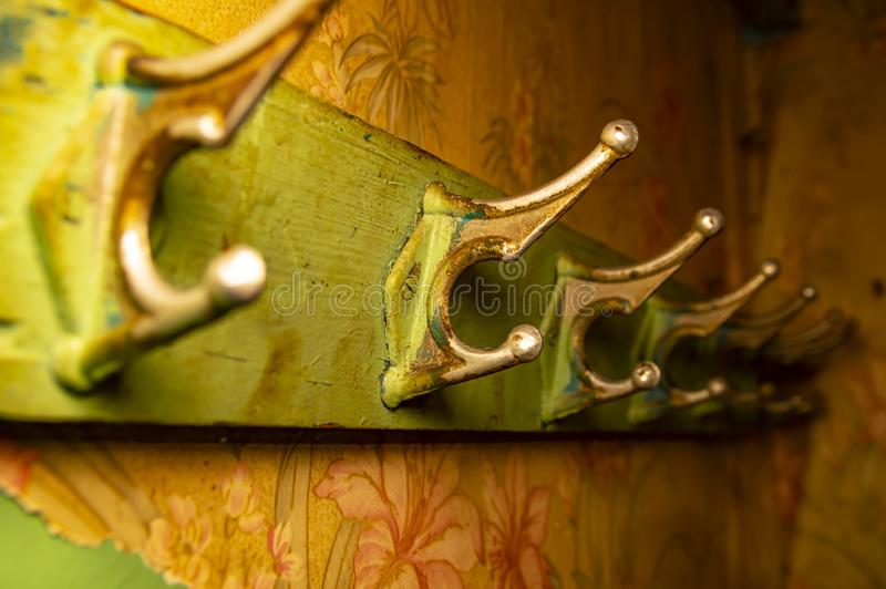 Παλαιά κρεμάστρα γάντζων παλτών για τα ενδύματα στον ξύλινο πίνακα στοκ εικόνες