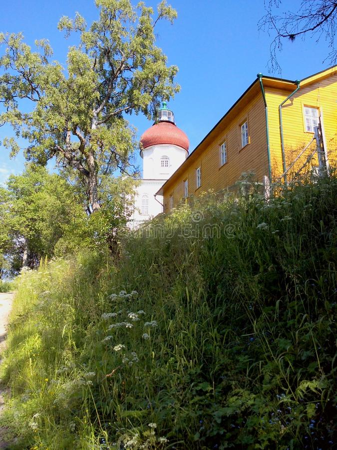 Παλαιά κτήρια κοντά στο ναό σε Solovki Νησιά Solovetsky, περιοχή του Αρχάγγελσκ, άσπρη θάλασσα στοκ εικόνα