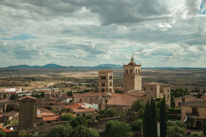 Παλαιά κτήρια με τα καμπαναριά εκκλησιών και κήποι σε ένα αγροτικό τοπίο που βλέπει από το Castle Trujillo στοκ φωτογραφίες με δικαίωμα ελεύθερης χρήσης