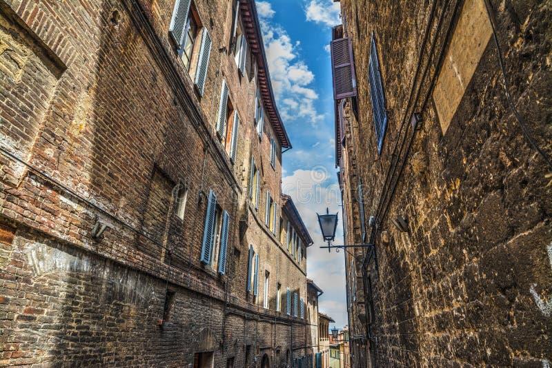 Παλαιά κτήρια σε μια στενή οδό στη Φλωρεντία στοκ φωτογραφίες