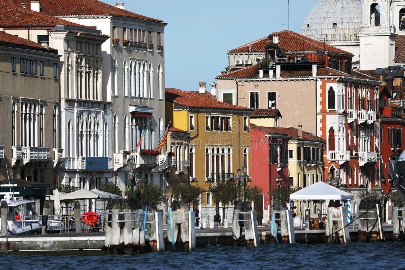 Παλαιά κτήρια στη Βενετία, Ιταλία, άποψη πέρα από το κανάλι στοκ φωτογραφία