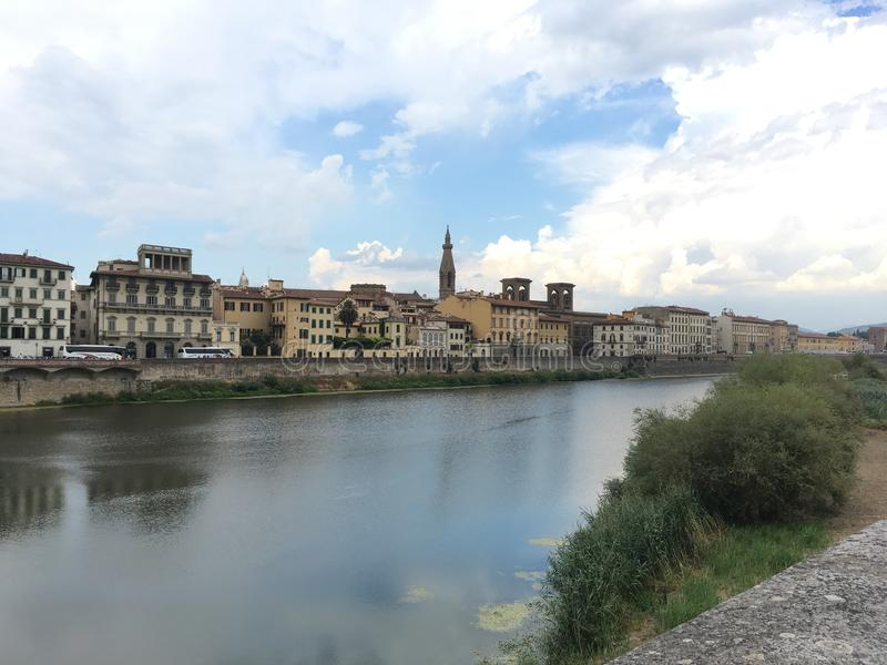 Παλαιά κτήρια στη Φλωρεντία Ιταλία πέρα από τον ποταμό στοκ φωτογραφία με δικαίωμα ελεύθερης χρήσης